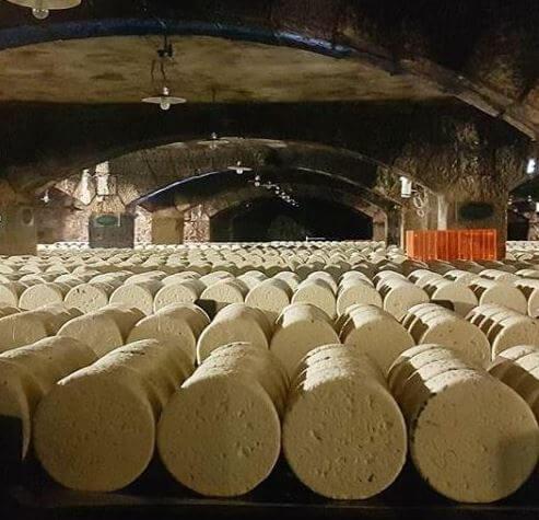 In deinem Urlaub in Südfrankreich solltest du auch den Käsekeller von Roquefort besuchen