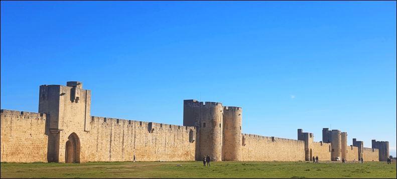 Camping Südfrankreich - Stadtmauer von Aigues Mortes
